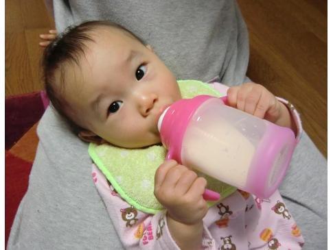 初めてマグでミルクを飲みました
